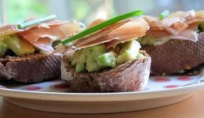 Avocado en Serranoham op brood